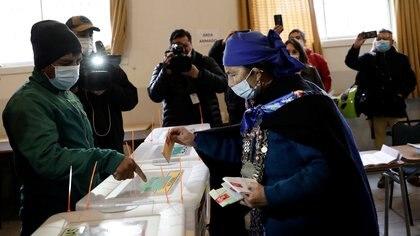 Cerraron las mesas electorales en Chile y comienza el escrutinio: primero se contarán los votos para consagrar a los 155 redactores de una nueva Constitución
