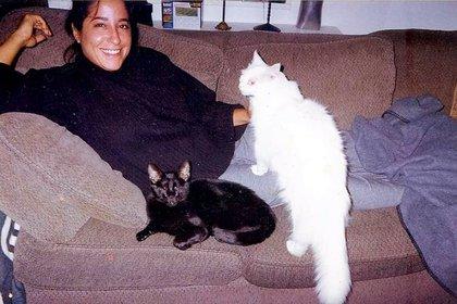 Gwen Cooper con dos de sus tres gatos. (@homerblindcat)