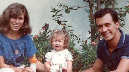 Daniela junto a sus papás, que creyeron en ella más que nadie desde el primer día (@shinebrightamc)