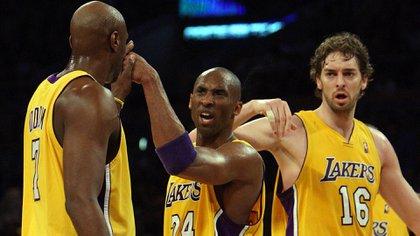 Lamar Odom junto a Kobe Bryant y Pau Gasol en Los Angeles Lakers (Crédito: © San Gabriel Valley Tribune/ZUMApress.com)