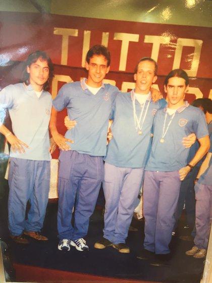 """Gastón (a la izquierda) el día de su graduación, junto a sus compañeros del Instituto Tomás Devoto del barrio porteño de Villa Urquiza. """"Muchos conocían a mis viejos y cuando les conté todo esto no lo podían creer"""", cuenta."""