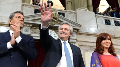 Alberto Fernández flanqueado por Cristina Fernandez de Kirchner y Sergio Massa durante la apertura de sesiones legislativas (Presidencia)