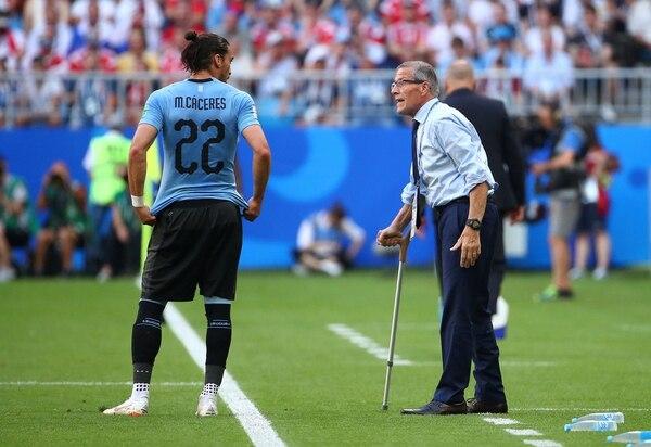 Soccer Football – World Cup – Group A – Uruguay vs Russia – Samara Arena, Samara, Russia – June 25, 2018 Uruguay's Martin Caceres speaks with coach Oscar Tabarez REUTERS/Michael Dalder