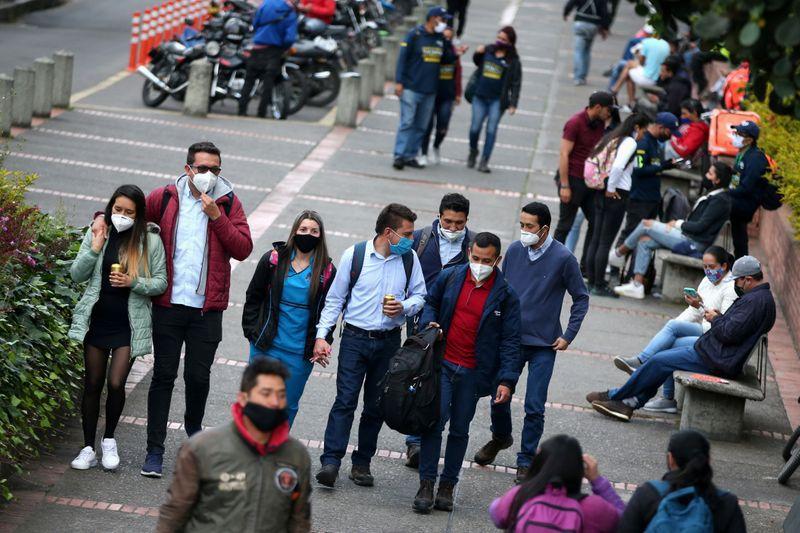 Foto de archivo. Personas con máscaras faciales caminan por una calle, durante la reactivación de varios sectores económicos después del fin de la cuarentena por la pandemia de COVID-19), en Bogotá, Colombia, 25 de septiembre, 2020. REUTERS/Luisa González
