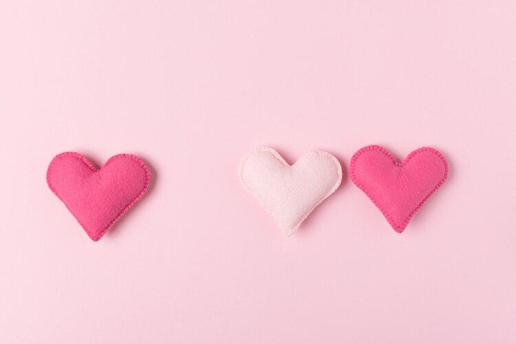 Los hombres heterosexuales tendrían que superar su incomodidad con otros hombres desnudos y tensiones de disgusto en nuestra cultura que permanecen por la homosexualidad (Shutterstock)