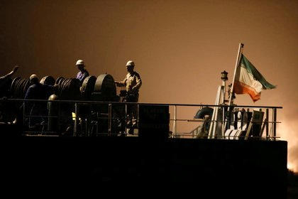 La tripulación del buque Fortune saluda en su llegada al puerto venezolano