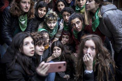 Un grupo de adolescentes palpita la votación de la ley del aborto en Diputados