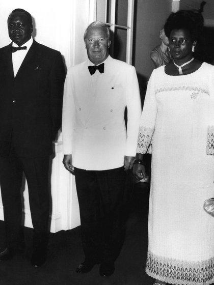 """El dictador con su esposa """"mayor"""" y el primer ministro británico Edward Heath, en el centro, durante una visita a Gran Bretaña en 1971 (CAMERA PRESS/Drum)"""