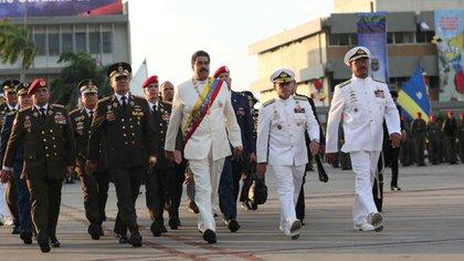Maduro con oficiales de la Armada y el Ejército