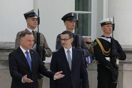 El Presidente polaco Andrzej Duda habla con el Primer Ministro Mateusz Morawiecki antes de la reunión con los Primeros Ministros de los países del Grupo de Visegrado, el 3 de julio de 2020 (Dawid Zuchowicz/Agencja Gazeta/via REUTERS)