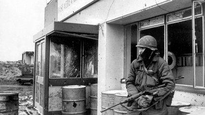 Estoico, casi solitario, el soldado custodia la entrada de la Base Militar Malvinas. Foto: Eduardo Farre.