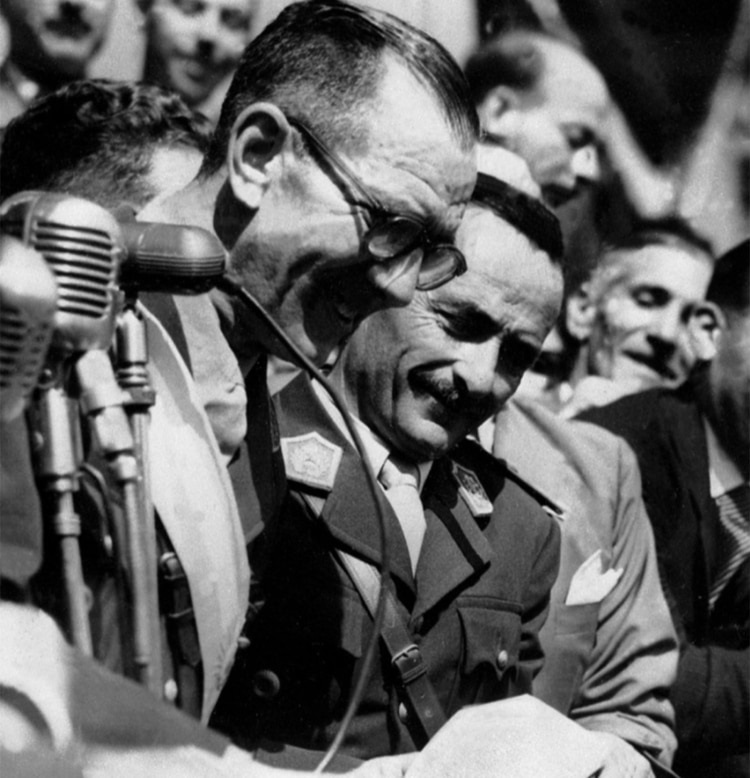 El jefe de la Revolución Libertadora saluda a la gran manifestación en la Plaza de Mayo