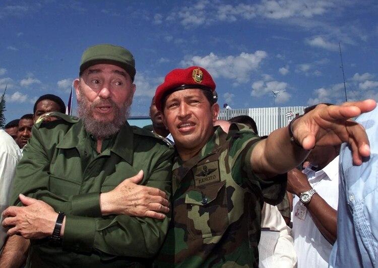 Hugo Chávez junto a Fidel Castro. Octubre, año 2000 (AP)
