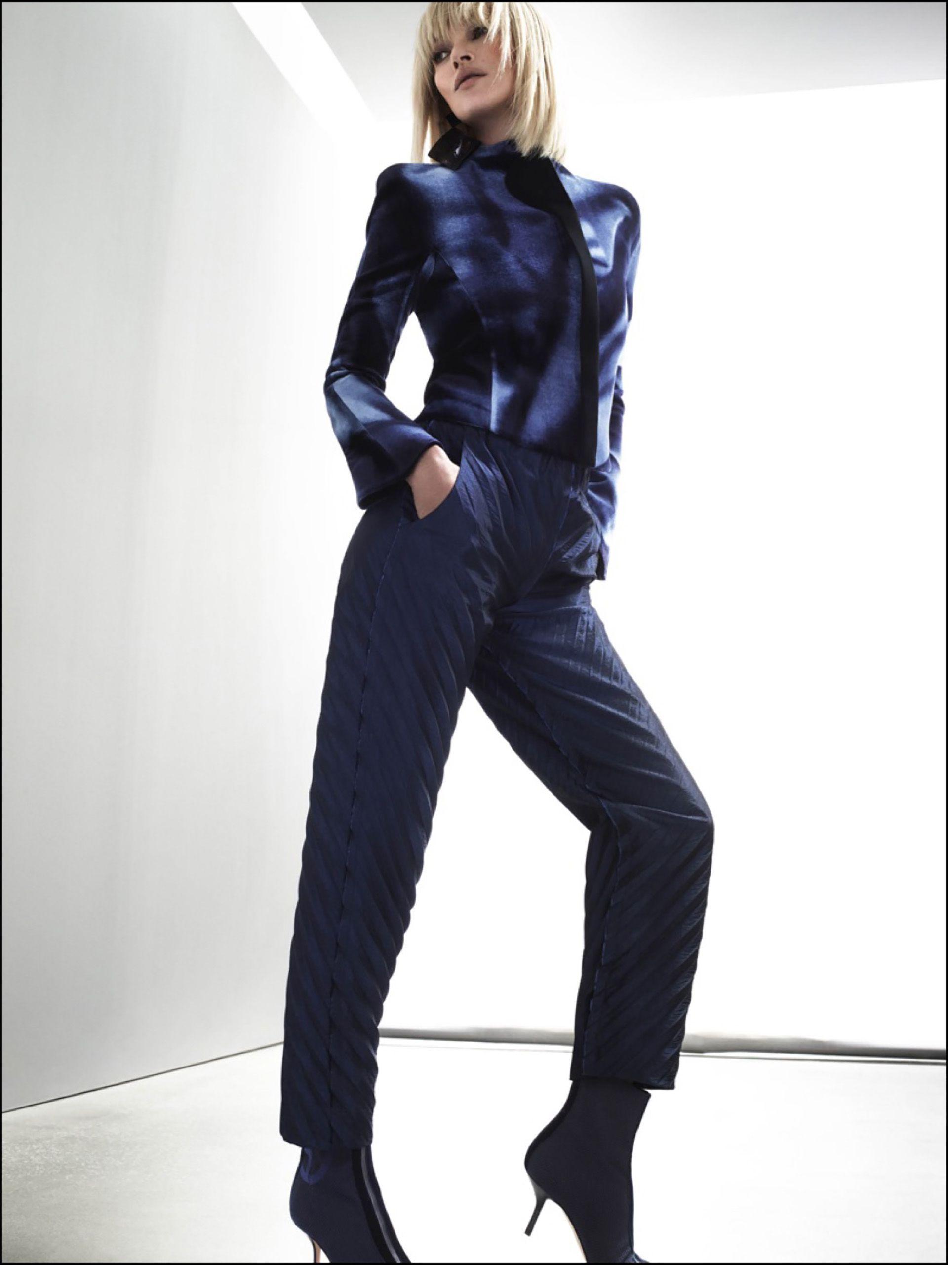 Enfundada en un traje de satén azul.