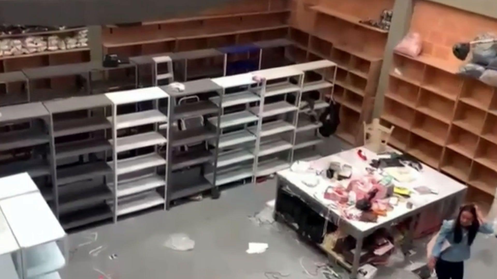 Con todo y camiones banda de ladrones desocuparon una fábrica de zapatos en Bogotá.