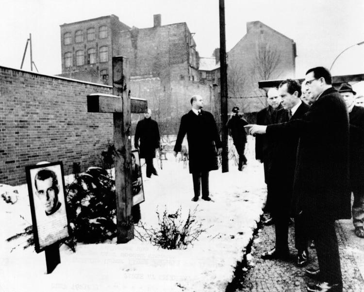 El presidente estadounidense Richard Nixon y el alcalde de Berlín Occidental Klaus Schuetz el 27 de febrero de 1969, en un monumento en memoria de dos alemanes orientales muertos a manos de guardias cuando intentaban cruzar el Muro de Berlín (Foto de Everett/Shutterstock (10306664a))