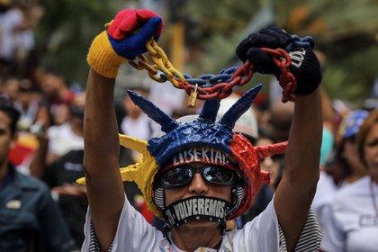 Periodistas venezolanos acompañados de ciudadanos y algunos diputados opositores se movilizaron el 27 de junio de 2017 hacia el ente regulador de Telecomunicaciones por el Día Nacional del Periodista y por la libertad de expresión en el país caribeño. (EFE)