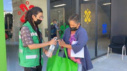 La entrega de alimentos se lleva a cabo con los protocolos de sanidad (Foto: Twitter@Fidegar)