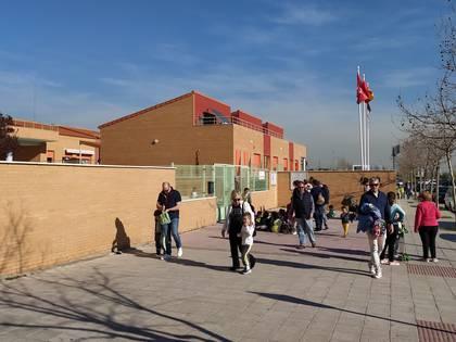 Puerta del colegio Miguel Delibes en San Sebastián de Los Reyes, al norte de Madrid cerró sus puertas por el coronavirus (Andrés Actis)