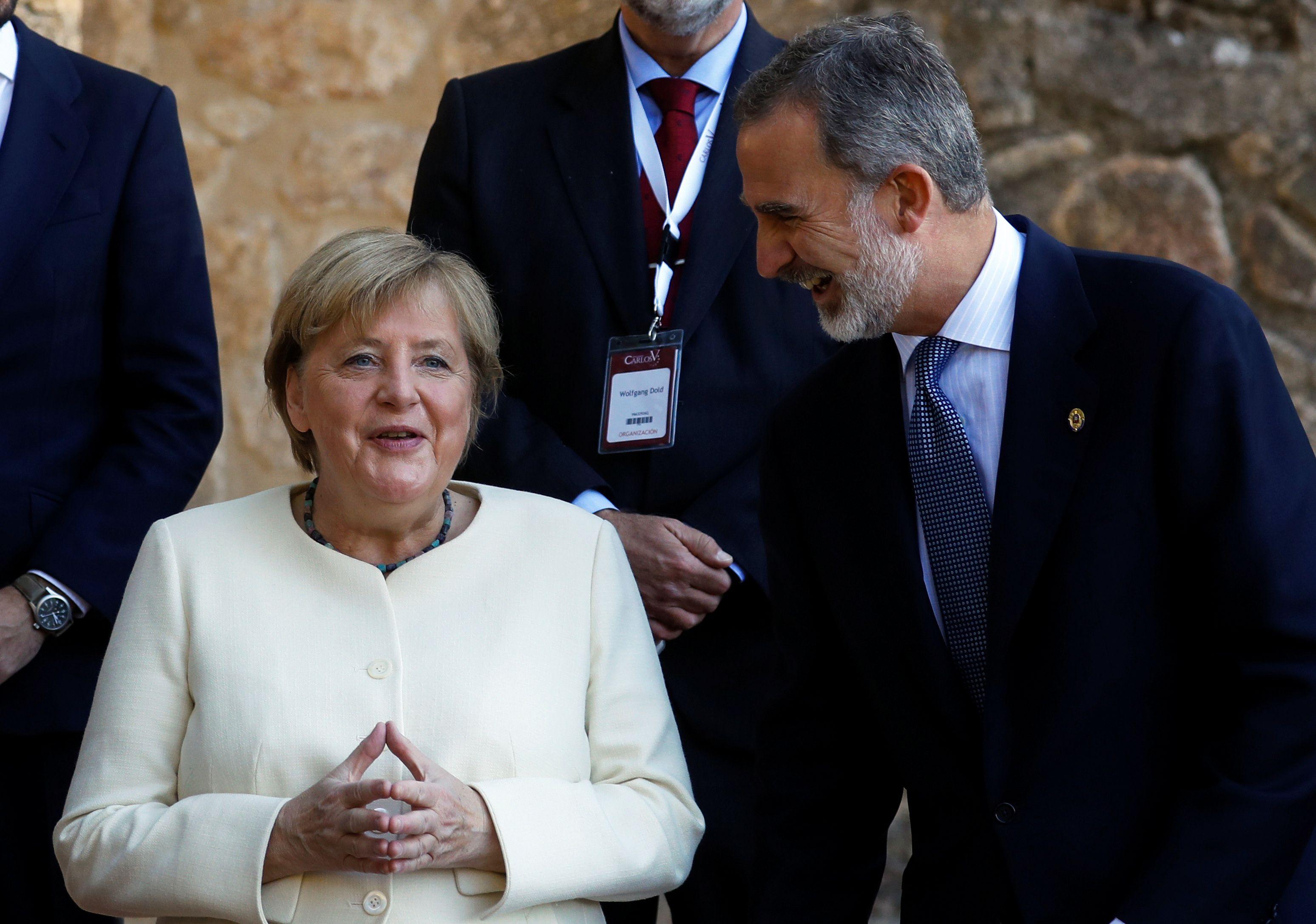 La canciller alemana Angela Merkel es recibida por el rey Felipe de España. REUTERS / Susana Vera