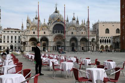 Una postal inusual de la Plaza de San Marcos, en Venecia, totalmente vacía. El turismo es una de las industrias más afectadas por el temor al contagio con el coronavirurs.  (REUTERS/Manuel Silvestri)