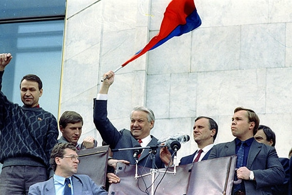 Boris Yeltsin, triunfante con la bandera rusa, en agosto de 1991. (Wikipedia)