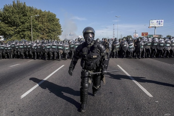 Abril. Gendarmería Nacional, minutos antes de reprimir y desalojar la autopista Panamericana durante un piquete de movimientos sociales y partidos de izquierda. El Talar, Buenos Aires (Adrián Escándar)
