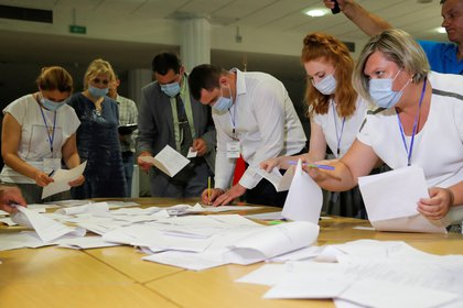 Members of a local electoral commission count ballots at a polling station during the presidential election in Minsk, Belarus August 9, 2020. REUTERS/Vasily Fedosenko