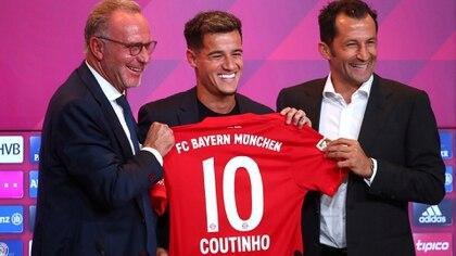 Philippe Coutinhoen el Allianz Arenajunto a Karl-Heinz Rummeniggey Hasan Salihamidzic (Foto: REUTERS/Michael Dalder)