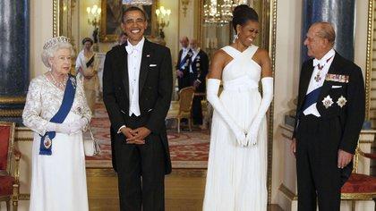 La reina Isabel II y Barack Obama, posan con la primera dama estadounidense Michelle Obama y el príncipe Felipe, duque de Edimburgo, en la Sala de Música del Palacio de Buckingham antes de un Banquete de Estado el 24 de mayo de 2011 en Londres, Inglaterra