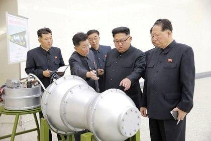 ARCHIVO FOTOGRÁFICO: El líder norcoreano Kim Jong-un proporciona orientación sobre un programa de armas nucleares en esta foto sin fecha publicada por la Agencia Central de Noticias de Corea del Norte (KCNA) el 3 de septiembre de 2017.  KCNA a través de REUTERS