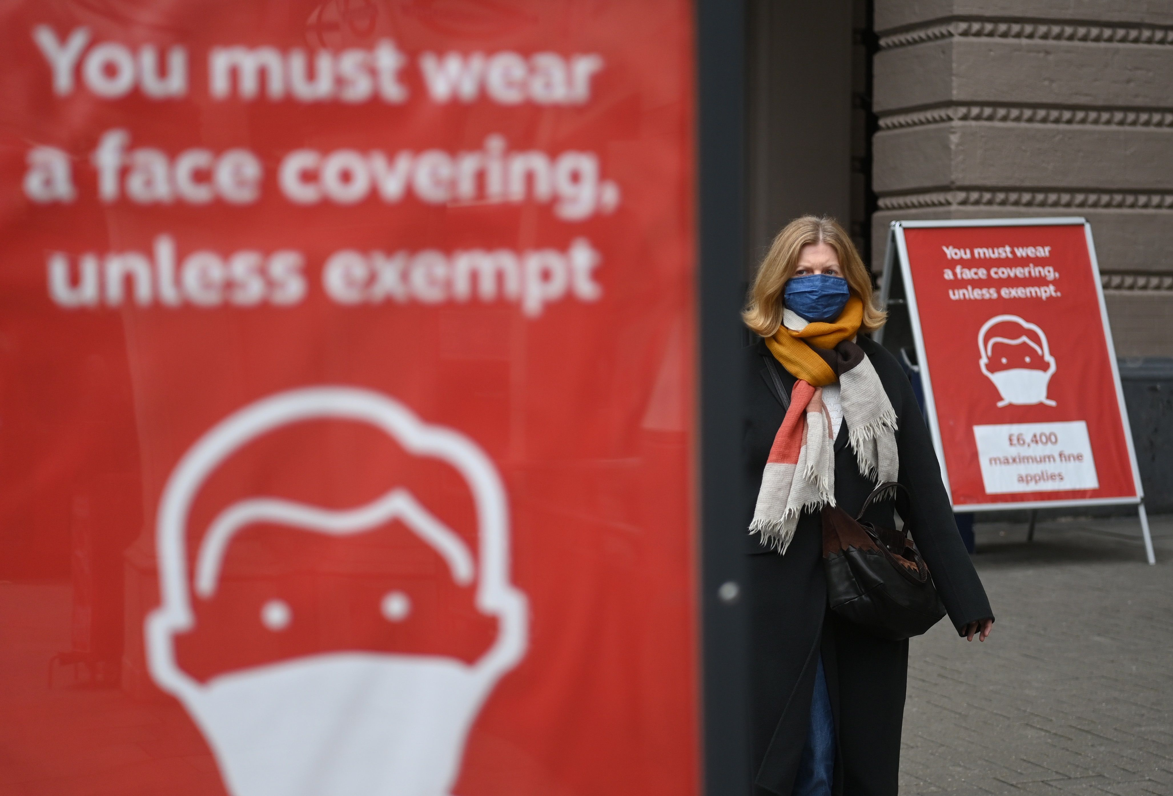 Une femme arpente les rues de Londres ce samedi.  EFE / EPA / NEIL HALL