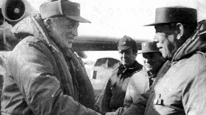 Galtieri saluda al general Jofré en Malvinas