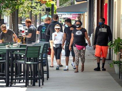 La curva de contagios está en aumento en Florida, estado que avanza hacia la reapertura y busca atraer turistas (EFE)