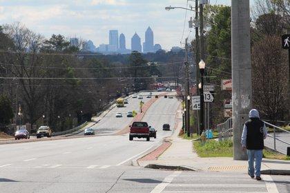 Fotografía del 14 de febrero del 2020 donde aparece una persona mientras camina por Buford Highway, teniendo al fondo la ciudad de Atlanta, Georgia. EFE/Marcelo Wheelock/Archivo