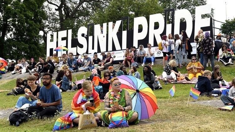 Apenas sale el sol, los finlandeses salen a las calles. Esta vez, durante la celebración del Orgullo Gay en Helsinki. (Reuters)