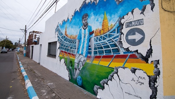 Los artistas invitados intervinieron 30 paredes del barrio que vio nacer al 10 del Barcelona y la Selección