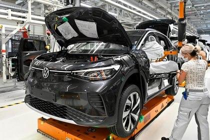 La producción del SUV eléctrico ID.4, en la terminal de Zwickau, Alemania. (Reuters)