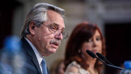 Alberto Fernández durante su discurso ante la Asamblea Legislativa. A su lado Cristina Fernández de Kirchner. (Presidencia)
