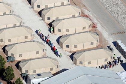 Niños migrantes alojados en carpas en Tornillo, Texas (REUTERS/Mike Blake)