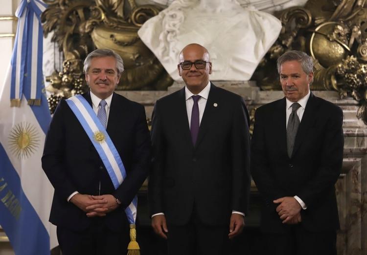 El ministro chavista Jorge Rodríguez junto al presidente Alberto Fernández y al canciller argentino Felipe Solá (Reuters)