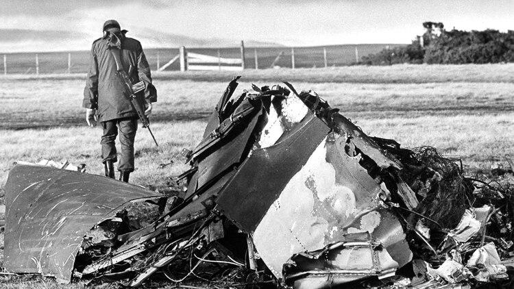 Así quedó un Harrier abatido por la artillería argentina. Foto: Eduardo Farre.