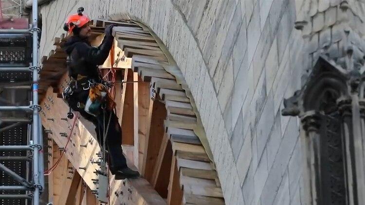Los trabajadores revisan madera por madera para ajustar las que necesiten un refuerzo