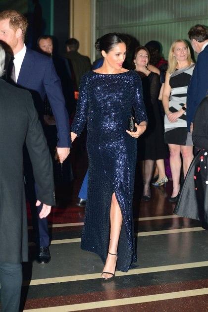 La duquesa simplemente brilló en un fabuloso vestido de paillettes azul noche de Roland Mouret para el estreno del espectáculo Cirque du Soleil's Totem en el Royal Albert Hall de Londres. La realeza complementó su look con un clutch de Givenchy, un labial rojo intenso y un brazalete de oro que anteriormente pertenecía a la princesa Diana (REUTERS)