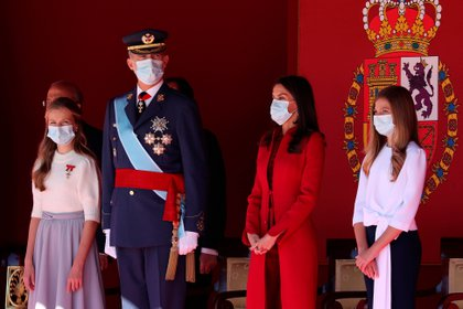 El rey Felipe VI y la reina Letizia de España y sus hijas, la princesa heredera española Leonor y la princesa Sofía asisten a la ceremonia del Día Nacional de España en el Palacio Real de Madrid el 12 de octubre de 2020 (Foto de Kiko Huesca / diversas fuentes / AFP)