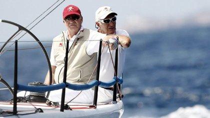 """Juan Carlos y Josep Cusí, a bordo de la embarcación """"Bribón"""", durante su participación en la jornada de regatas de la 28 edición de la Copa del Rey de Vela, en agosto de 2009 (EFE)"""