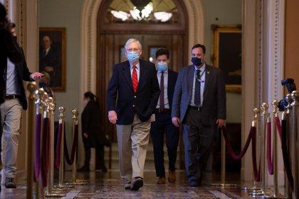 El líder de la mayoría republicana en el Senado de los Estados Unidos, Mitch McConnell, camina por el Capitolio en Washington este 20 de diciembre de 2020. EFE / EPA / MICHAEL REYNOLDS