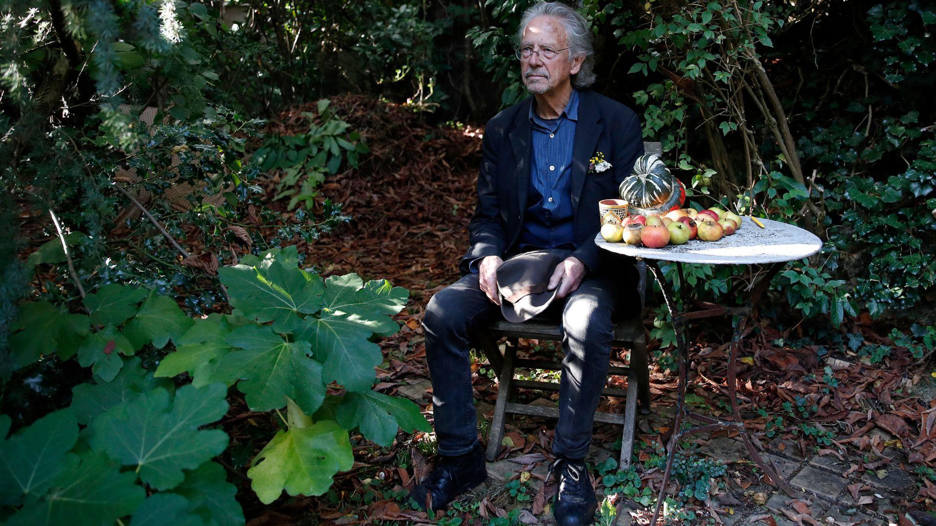 El autor austríaco Peter Handke posa en el jardín de su casa en Chaville, cerca de París, el jueves 10 de octubre de 2019. Handke fue galardonado horas antes con el premio Nobel de Literatura 2019. (AP Foto/Francois Mori)