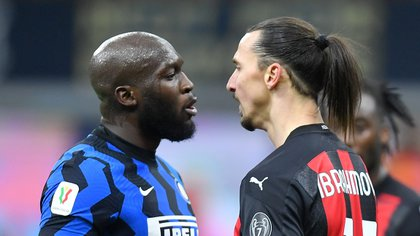 Lukaku e Ibrahimovic se enfrentaron cara a cara durante el partido de ida de las semifinales de Copa Italia (Reuters)