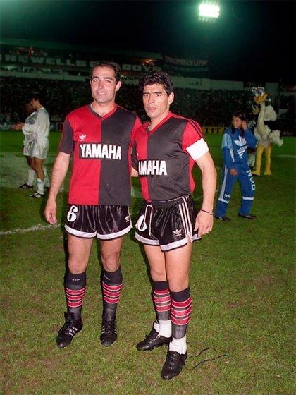 El Chocho Llop y Diego Maradona posan ante las cámaras antes de un partido con Newell's